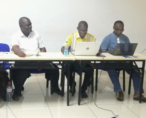 formation des participants sur l'utilisation des tablettes par Patrick MAVINGA